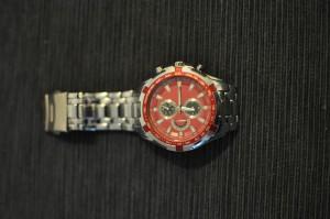 Kirkas metallinvärinen kello, jossa punainen kellopiha. Sopii erinomaisesti minkä tahansa punaisen, violetin tai valkoisen paidan kaveriksi. Myös mustan paidan kaveriksi erittäin kelvollinen.