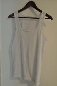 Valkoinen aluspaita, hyvä nimenomaan valkoisten tai vaaleiden kauluspaitojen alle puettaessa.