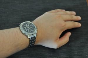 Kokeillaanpa vielä tällaista ranteessa olevaa versiota kellokuvista. Saattaa helpottaa hahmottamista kellon koosta.