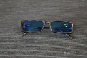 Sinilinssiset mustat aurinkolasit, joissa yksinkertainen metallinvärinen koriste sivussa. Sopii jokseenkin erinomaisesti mm. sinisten tai valkoisten vaatteiden kanssa.