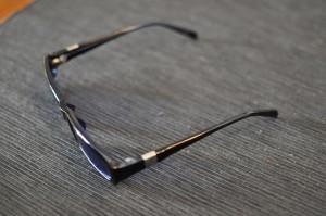 Vähän eri kulmasta nämä viereiset sinilinssiset aurinkolasit - ja vielä avattuina.