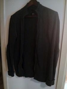 Harmaa vetoketjullinen pitkähihainen paita. Erinomainen t-paitojen kanssa. Harmaa sopii melkein kaiken kanssa.