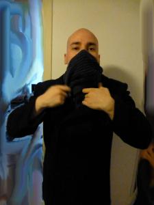 Vihdoinkin jotain varustelekasta - nimittäin jenkkilaivaston hieno takki ja harmaa kaulaliina kuvassa kaupan päälle.