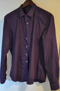 Violetti kauluspaita, sävyltään selvästi tummanvioletti. Sopii hyvin kevyeen edustamiseen. Ohut, ilmava. Siliää helposti silitysrautaa käyttämällä.
